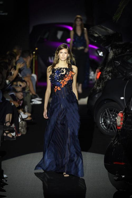 Vestido largo azul marino con flores naranjas de Alvarno colección primavera/verano 2017 para Madrid Fashion Week