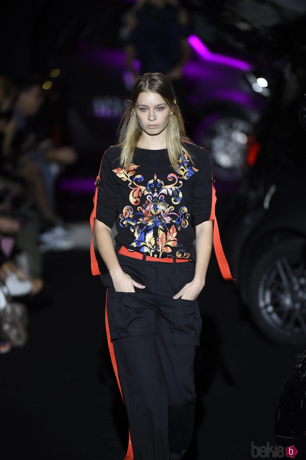 Conjunto te pantalón y camiseta negro y rojo con bordado de colores de Alvarno colección primavera/verano 2017 para Madrid Fashion Week