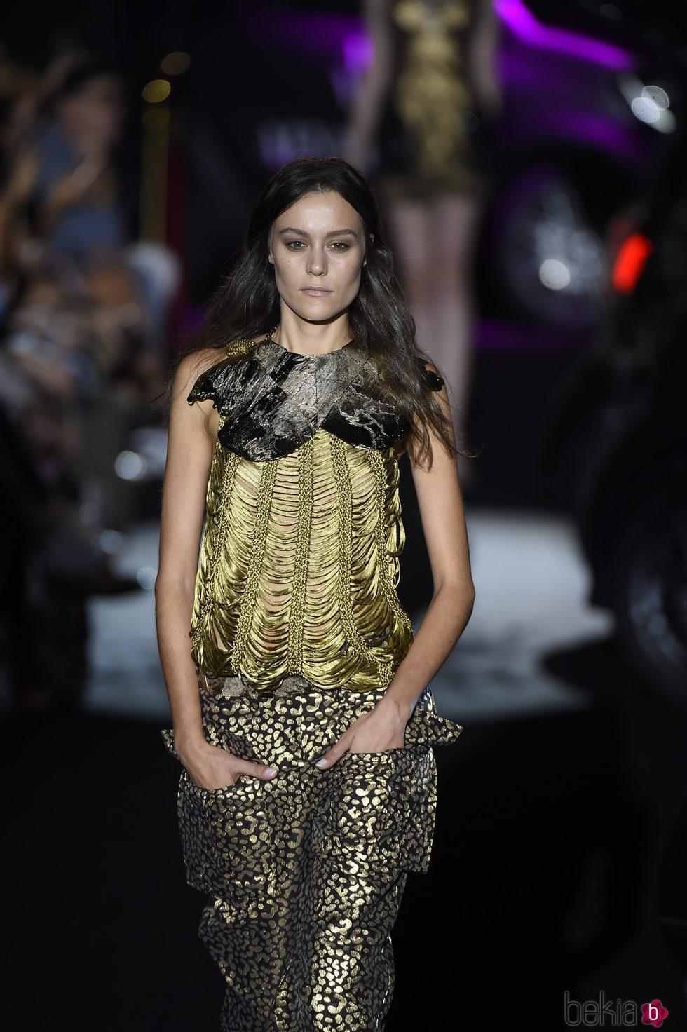 Conjunto de pantalón y top dorado animal print de Alvarno colección primavera/verano 2017 en Madrid Fashion Week