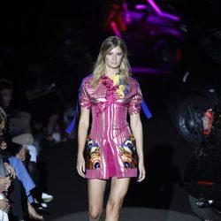 Vestido corto fucsia y dorado a rayas de Alvarno colección primavera/verano 2017 para Madrid Fashion Week