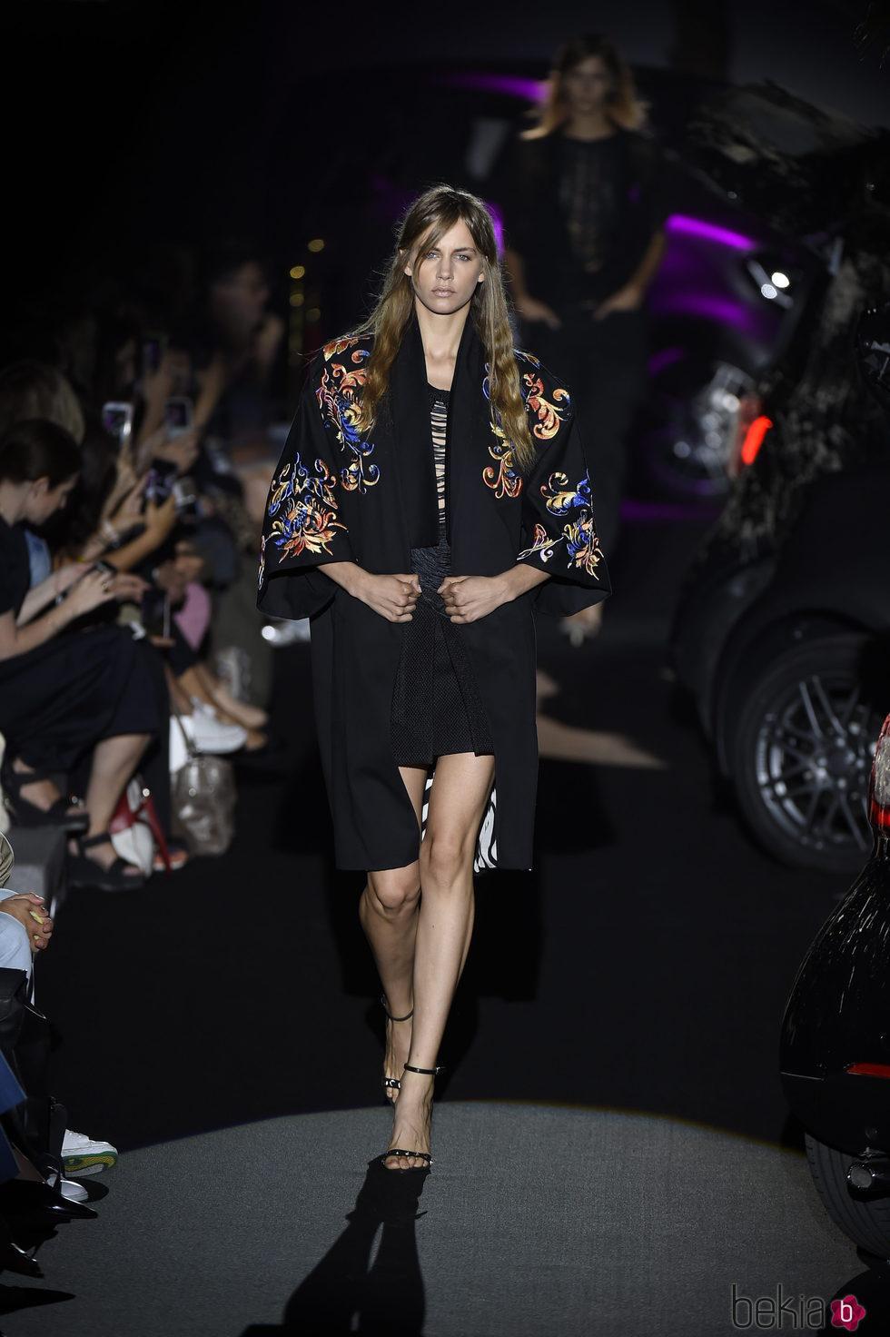 Chaqueta estilo japonés negra con flores de colores bordadas de Alvarno colección primavera/verano 2017 para Madrid Fashion Week