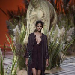 Vestido largo negro con chaqueta larga del mismo color de Jorge Vázquez para colección primavera/verano 2017 en la Madrid Fashion Week