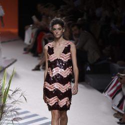 Vestido corto de lentejuelas rosas y negras de Jorge Vázquez colección primavera/verano 2017 en la Madrid Fashion Week