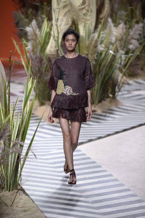 Vestido marrón corto con flecos en la parte inferior y dibujos de Jorge Vázquez colección primavera/verano 2017 en la Madrid Fashion Week