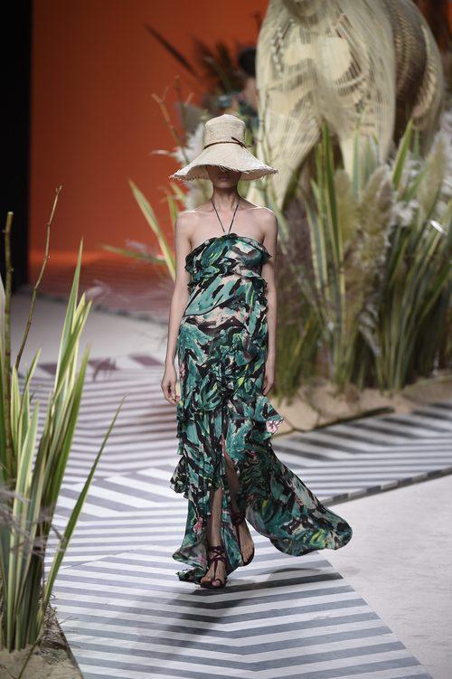 Vestido verde largo estampado de Jorge Vázquez colección primavera/verano 2017 en la Madrid Fashion Week