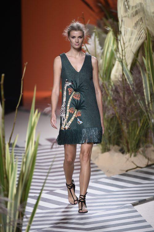 Vestido verde con flecos en la parte inferior y con dibujos de Jorge Vázquez colección primavera/verano 2017 en la Madrid Fashion Week