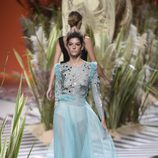 Vestido transparente y voluminoso en la parte inferior de Jorge Vázquez colección primavera/verano 2017 en la Madrid Fashion Week