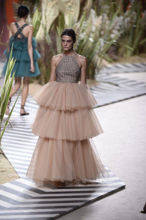 Vestido acabado en tul y con volantes en la parte inferior de Jorge Vázquez colección primavera/verano 2017 en la Madrid Fashion Week