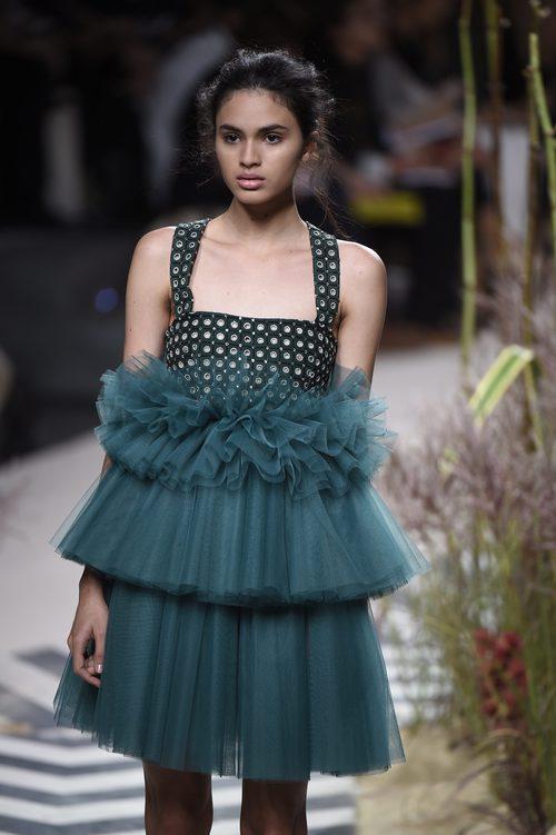 Vestido azul verdoso con tul en la parte inferior de Jorge Vázquez colección primavera/verano 2017 en la Madrid Fashion Week