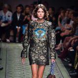 Vestido con estampado brocado en estilo barroco durante el desfile de Burberry en la Fashion Week de Londres