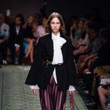 Blusa con lazada y pantalones altos durante el desfile de Burberry en la Fashion Week de Londres