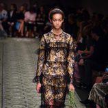 Vestido en capa bordada en estampado de flores durante el desfile de Burberry en la Fashion Week de Londres