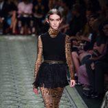 Vestido en negro y extremidades en mosaico de terciopelo durante el desfile de Burberry en la Fashion Week de Londres