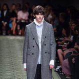 Abrigo 'british' en gris durante el desfile de Burberry en la Fashion Week de Londres