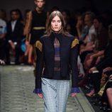 Abrigo blue navy con hombreras capitán durante el desfile de Burberry en la Fashion Week de Londres