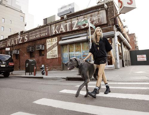 Cara Delevingne con una sudadera negra de la colección 'Do You' de Puma