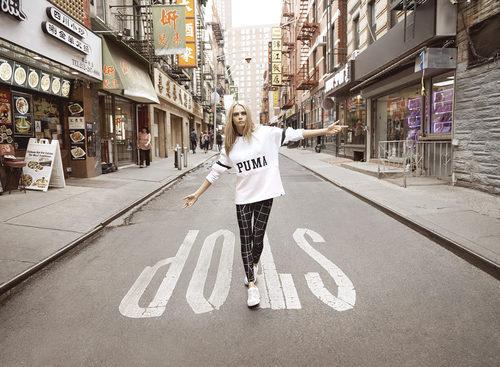 Cara Delevingne con una sudadera blanca de la colección 'Do You' de Puma