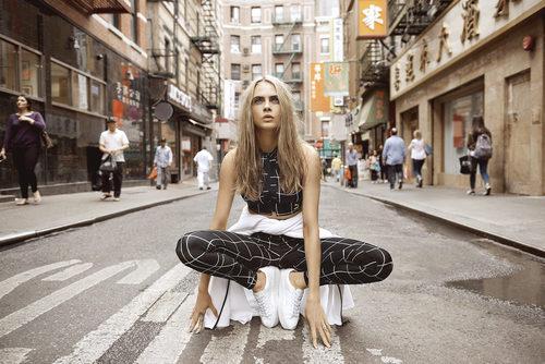 Cara Delevingne con unas mallas estampadas de la colección 'Do You' de Puma