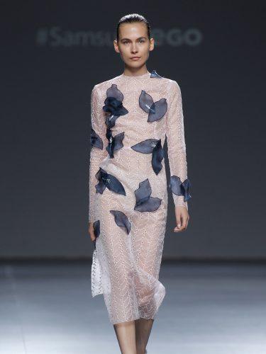 vestido en rosa cuarzo y superposiciones en negro de Mario Coello en el Samsung Ego
