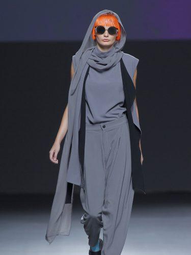 Traje en gris de capas superpuestas sobrías de 44 Studio en el Samsung Ego