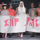 Carrusel final con una pancarta 'Stop phobia' en el desfile de Albec Bunsen en el Samsung Ego