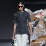 Conjunto pantalón blanco con tachuelas camiseta gris de Euphemio Fernández en el Samsung Ego