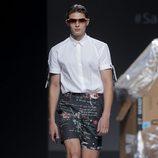 Conjunto pantalón corto estampado y camisa blanca de Euphemio Fernández en el Samsung Ego