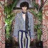 Pantalones a rayas de Roberto Cavalli primavera/verano 2017 en la Milán Fashion Week