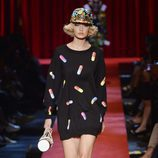 Vestido estampado con pastillas de Moschino primavera/verano 2017 en la Milán Fashion Week