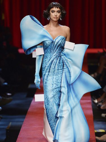 Irina Shayk con un vestido azul de Moschino primavera/verano 2017 en la Milán Fashion Week