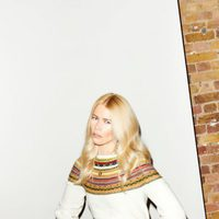 Claudia Schiffer con un jersey blanco para TSE otoño/invierno 2016/2017