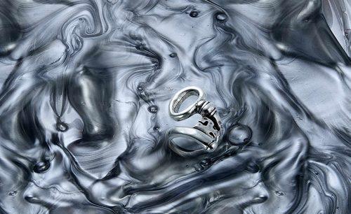 Anillo con forma de llave de la colección '20 aniversario' de UNOde50