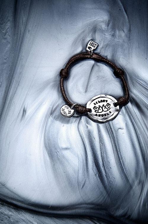 Pulsera solidaria de la colección '20 aniversario' de UNOde50