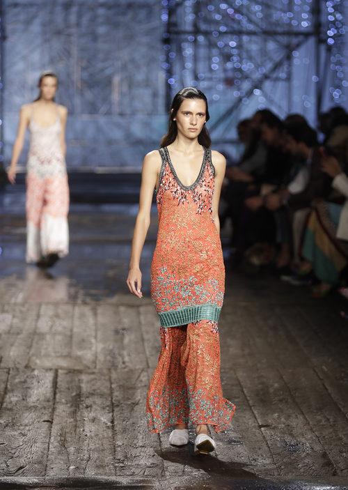 Vestido largo naranja de Missoni colección primavera/verano 2017 en Milán Fashion Week