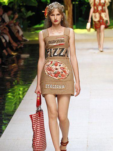 Vestido estampado de pizza de Dolce & Gabbana primavera/verano 2017 en la Milán Fashion Week