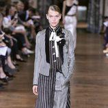 Traje de satén de Lanvin primavera/verano 2017 en la París Fashion Week