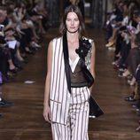 Traje de estampado de rayas de Lanvin primavera/verano 2017 en la París Fashion Week