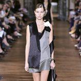 Vestido mini y chaleco de satén de Lanvin primavera/verano 2017 en la París Fashion Week