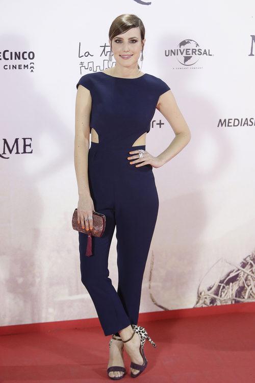 Natalia de Molina con un mono azul en la premiere de 'Un monstruo viene a verme'