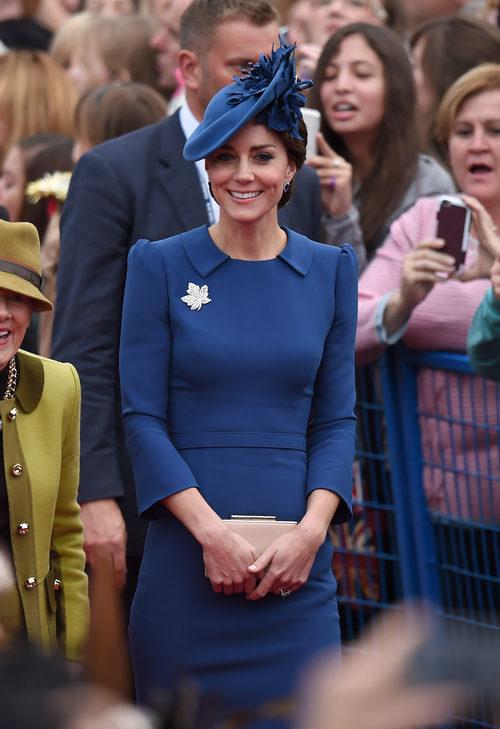 Kate Middleton con un vestido azul de Jenny Packham a su llegada a Canadá