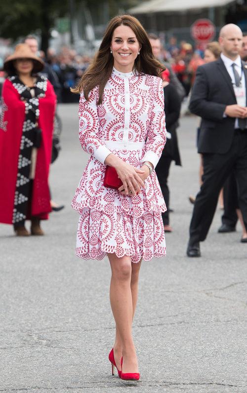 Kate Middleton con un vestido rojo geométrico de Alexander McQueen en Vancouver