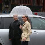 Kate Middleton con vaqueros, botas altas y trench corto nude en Canadá