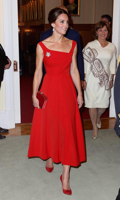 Kate Middleton con un vestido rojo de Preen en su viaje oficial a Canadá