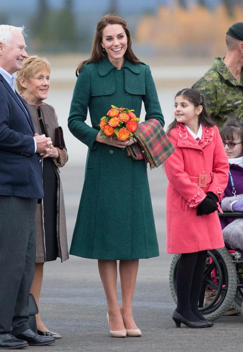 Kate Middleton con un abrigo verde esmeralda de Hobbs en su viaje oficial a Canadá