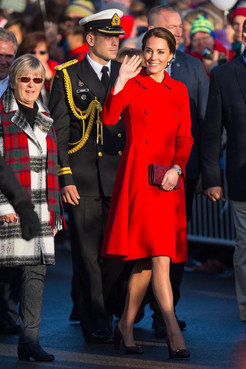 Kate Middleton con un abrigo rojo de Carolina Herrera en su viaje oficial a Canadá