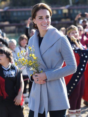 Kate Middleton con un abrigo de Sentaler en su viaje oficial a Canadá
