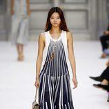 Vestido de estampado de rayas de Chloé primavera/verano 2017 en la París Fashion Week