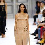 Mono color camel de Chloé primavera/verano 2017 en la París Fashion Week