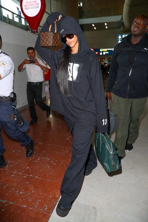 Rihanna con un look sport en la Semana de la Moda de París