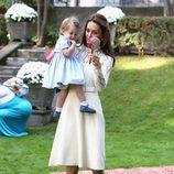 Kate Middleton con un vestido de algodón de Chloé con la Princesa Carlota en brazos